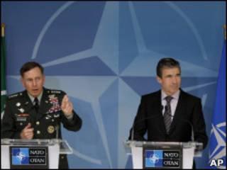 Генерал Дэвид Петреус и генсек НАТО Расмуссен