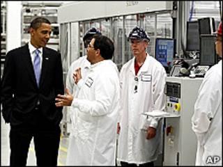 Obama en una visita a una planta de energía solar