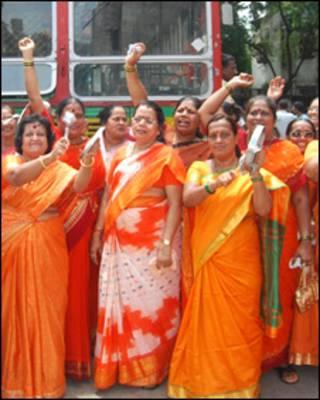 بی جے پی کارکنان ہڑتال کے دوران نعرے لگاتے ہوئے