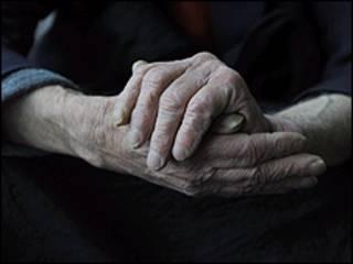Руки пожилого человека