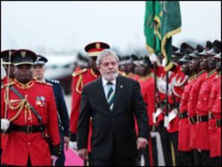 O presidente Luiz Inácio Lula da Silva durante chegada à Tanzânia nesta terça-feira (Foto: Ricardo Stuckert / PR)