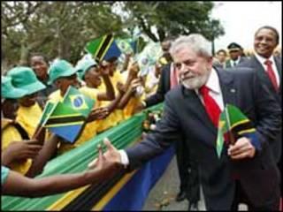 O presidente Luiz Inácio Lula da Silva acena na chegada a Lusaka, capital da Zâmbia