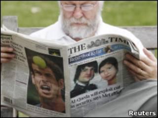 Британец читает газету, на первой полосе которой - Анна Чэпмен и ее бывший муж