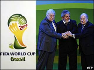Ricardo Teixeira, Lula e Joseph Blatter lançam símbolo da Copa de 2014