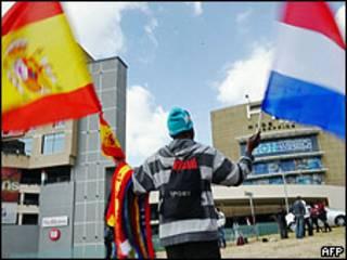 Продавец с флагами финалистов ЧМ-2010 Испании и Нидерландов