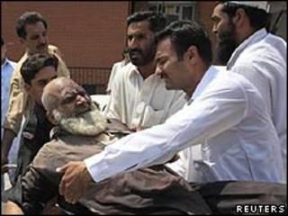 Socorristas atienden a un anciano herido en el atentado
