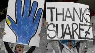 Uruguay le agradece a Suárez su sacrificio en cuartos de final.