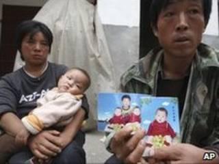 Phụ huynh một em bé chết vì sữa melamine