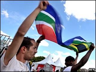 Флаг ЮАР в руках у болельщиков