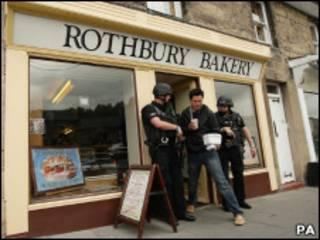 Полицейский наряд у булочной в Ротбери