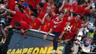 बस की छत पर सवार स्पेनी टीम