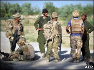 Британские солдатфы и афганцы