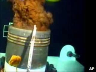 Vazamento de poço de petróleo da BP no fundo do Golfo do México (foto: AP)
