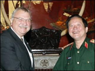 Ông Michael Michalak và Thứ trưởng Quốc phòng Việt Nam, Trung Tướng Nguyễn Huy Hiệu