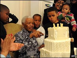 Mandela comemorou o aniversário com a família em Johanesburgo (foto: AFP)