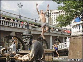 Russos se refrescam em rios e fontes de Moscou (foto: Reuters)