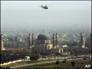 Helicóptero militar sobrevuela Bagdad