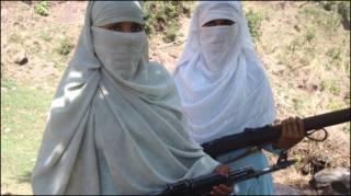 हथियार का प्रशिक्षण लेती महिलाएँ