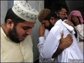 Patrentes de vítimas se concentram na porta de hospital em Islamabad