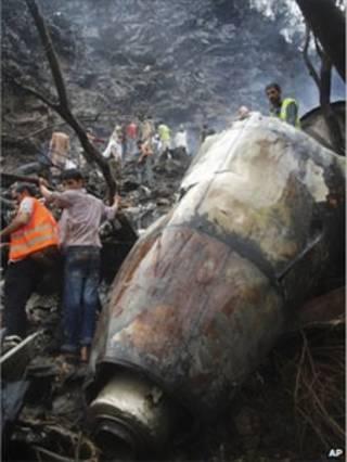Destroços do avião que caiu em Islamabad em 28/07/2010