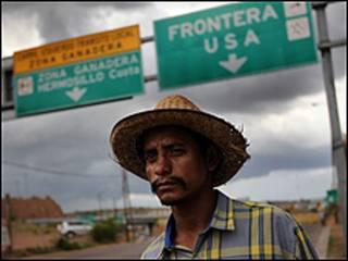 Иммигрант из Мексики на границе с США