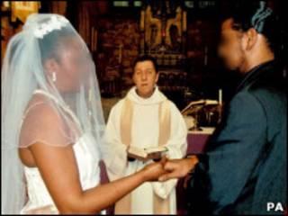 Foto de casamento falso, data não divulgada, distribuída pela UK Border Agency