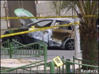 Carro destruído por foguetes em Aqaba