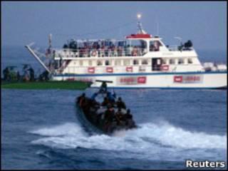 израильский катер подходит к турецкому судну