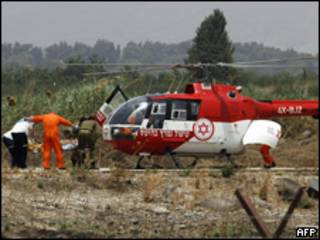 Soldados israelenses são retirados de helicóptero