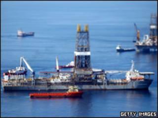 Trabajos en los alrededores del pozo de BP en el Golfo de México.