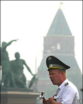 Милиционер ест эскимо на Красной площади, покрытой смогом