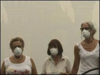 मास्क पहने हुए लोग