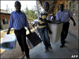 Hombres trasladan urnas