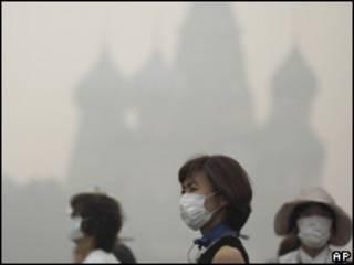 Turistas usam máscaras perto da Praça Vermelha, em Moscou, nesta segunda-feira (AP, 9 de agosto)