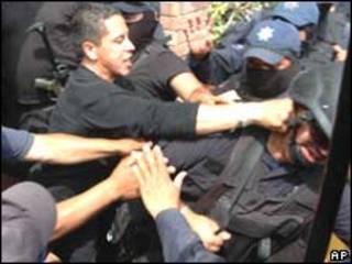 Agentes de la policía federal mexicana pelean entre ellos.