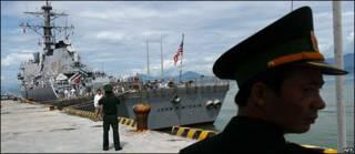 Destructor John S. McCain llega a Vietnam