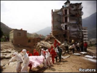 спасатели в уезде Чжоуцюй