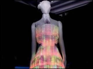 """""""可爱电路""""公司设计的带有LED光源的绚丽晚礼服"""