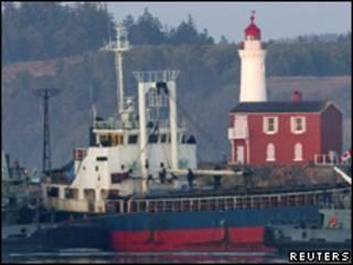 Policiais canadenses entram em navio onde imigrantes estavam embarcados (Reuters, 13 de agosto)