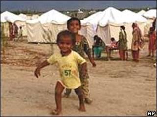 Crianças paquistanesas que sobreviveram às enchentes