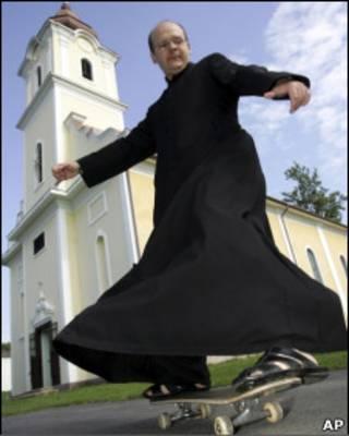Преподобный Золтан Лендваи научился кататься, когда ему было 14 лет