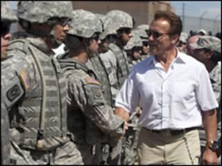 Калифорнийский губернатор и служащие Национальной гвардии