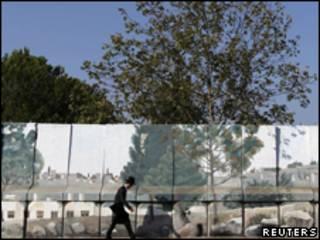 Judeu ortodoxo caminha por muro que limita assentamento judaico na Cisjordânia (Reuters, 15 de agosto)