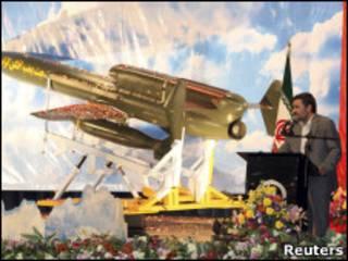 O presidente iraniano Mahmoud Ahmadinejad revela a aeronave
