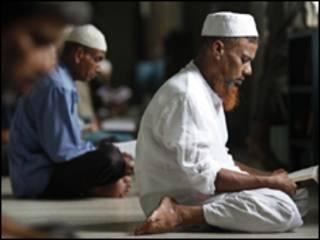 Muçulmano reza em Bangladesh