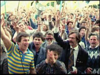 Украинцы приветствуют в 1991 году независимость