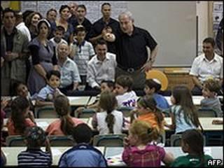 O primeiro-ministro de Israel, Binyamin Netanyahu, em sala de aula israelense (arquivo)