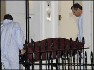 Криминалисты выносят тело сотрудника МИ-6