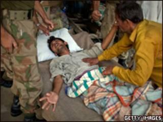 Médico trata paquistanês com febre