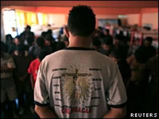 Migrantes hondureños en un refugio mexicano